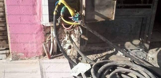 أسلاك الكهرباء المكشوفة تهدد أبناء قرية «عامر» فى السويس.. والمحافظ يوجه بحل المشكلة