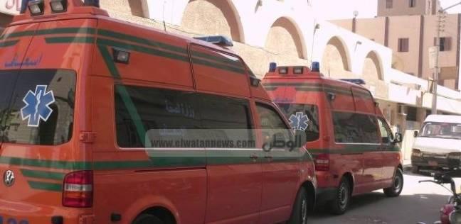 نقل المصابين في انهيار جزء من مصنع سيراميك بالعاشر للمركز الطبي العالمي