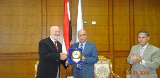 """بالصور  """"آل مكتوم الخيرية"""" تكرم رئيس جامعة كفر الشيخ"""
