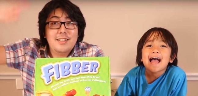 """الطفل """"كاجي"""" مع والده في أحد فيديوهات القناة"""