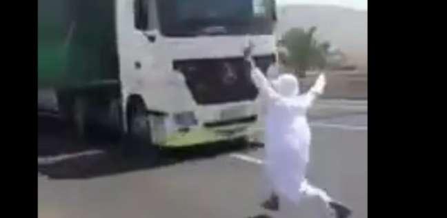 بالفيديو| رغبة في الشهرة.. متهور يقفز أمام شاحنة مسرعة