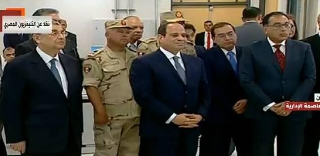 """السيسي يطمئن على مشغلي محطة العاصمة الإدارية: """"كام واحد راح ألمانيا"""""""