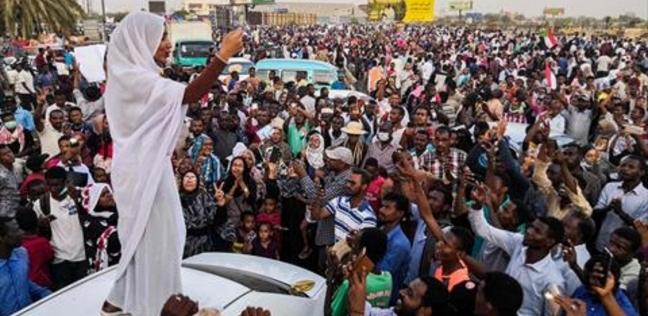 سكاي نيوز: مئات الآلاف يتظاهرون في الخرطوم رفضا لتشكيل مجلس عسكري