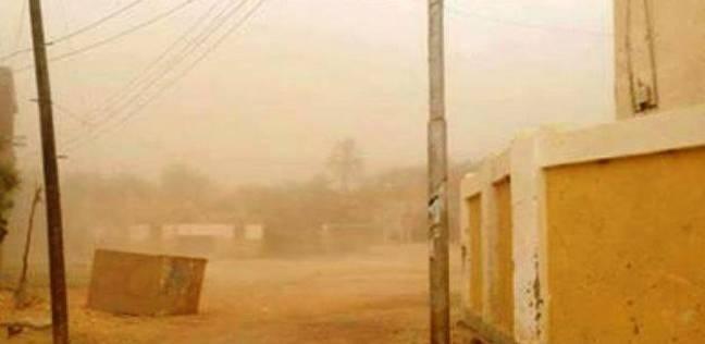 عواصف ترابية تضرب الطرق السريعة في الوادي الجديد
