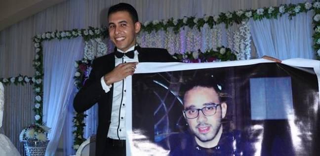عريس يرقص فى فرحه مع صورة صديقه الغائب: عمرنا ما افترقنا