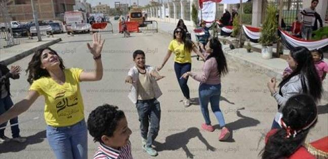 بالصور| «تي شيرت ورقصة وعلم».. الفتيات يرفعن الشعار «نحن هنا»