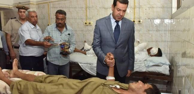 محافظ أسيوط يطمئن على ضابط وشرطيين أصيبوا في فض اشتباكات بين عائلتين