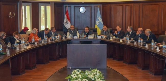 محافظ الإسكندرية يناقش إيجاد حلول للارتقاء بمنظومة الصحة في الإقليم