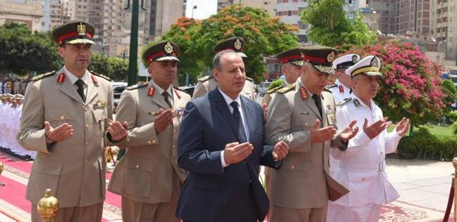 محافظ الإسكندرية يضع إكليل الزهور على النصب التذكاري احتفالا بالعيد