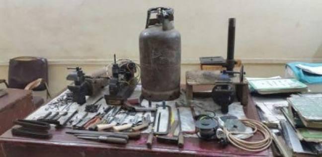 حبس عاملين بتهمة تصنيع الأسلحة النارية داخل منزل أحدهما في المطرية