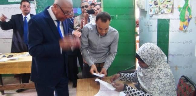 """محافظ أسوان يدلي بصوته في الانتخابات الرئاسية بلجنته في """"محمد منير"""""""