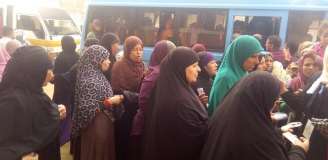 بالزغاريد والأعلام.. استمرار توافد الناخبين على الاستفتاء بكرداسة