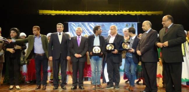 رئيس جامعة المنيا يكرم رئيس الهيئة العامة لقصور الثقافة