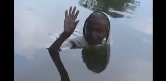 امرأة هندية تجلس في الماء من الفجر لليل