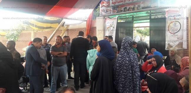 توافد الناخبون أمام مدرسة فاطمة الزهراء بالموسكي قبل انتهاء الاستراحة