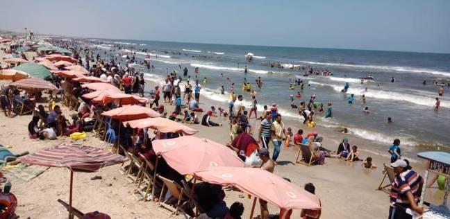 شاطئ مدينة جمصة يمتلئ بالزوار خلال أيام العيد