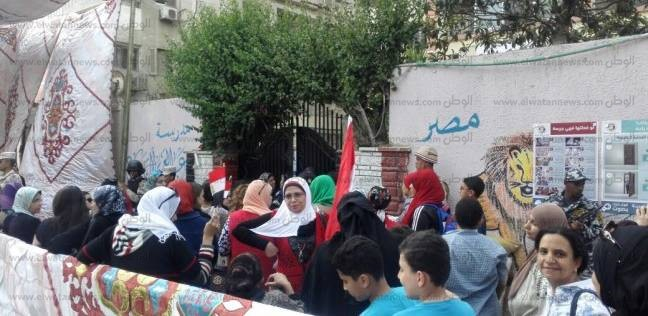 تزاحم المواطنين أمام لجان دائرة النزهة