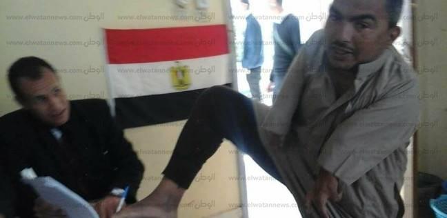 """رغم إعاقة يديه.. """"سالمان"""" يصوت بقدمه في بئر العبد: """"نفسي أقابل السيسي"""""""