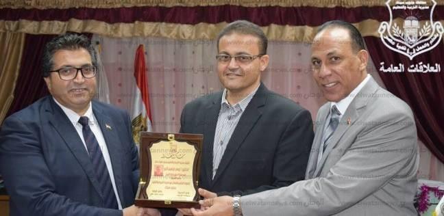 """بالصور  """"تعليم جنوب سيناء"""" يكرم رئيس مجلس الأمناء على مستوى المحافظة"""