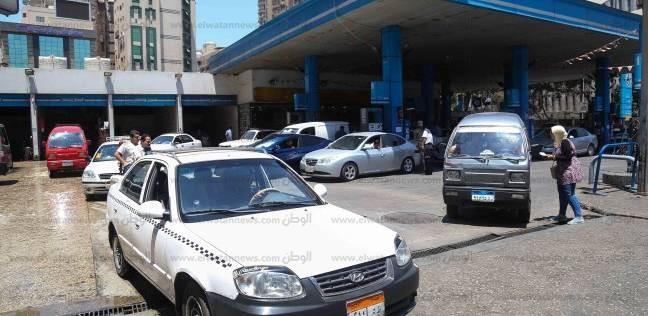 طوابير أمام محطات البنزين.. وخلافات بين الركاب والسائقين فى المواقف على الأجرة