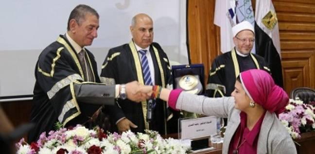 تكريم «الوطن» لجهودها فى خدمة المجتمع والتعليم