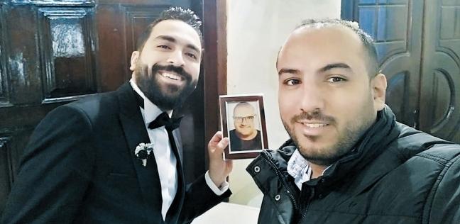 «كريم» العريس التقط صورة تذكارية مع صورة صديقه «إيهاب»