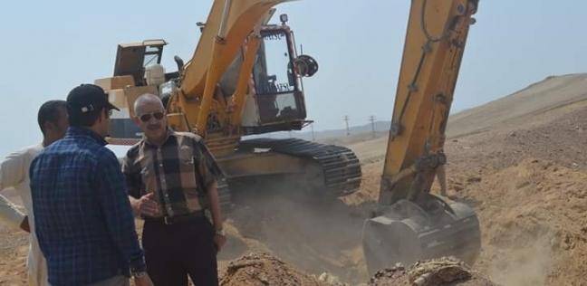 """رئيس """"القصير"""" يتابع أعمال توصيل خط المياه العذبة للمدينة"""