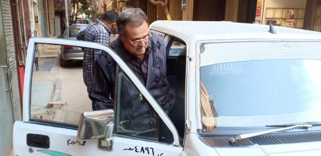 تخصيص سيارة لنقل مسن في حي الهرم للإدلاء بصوته في الاستفتاء