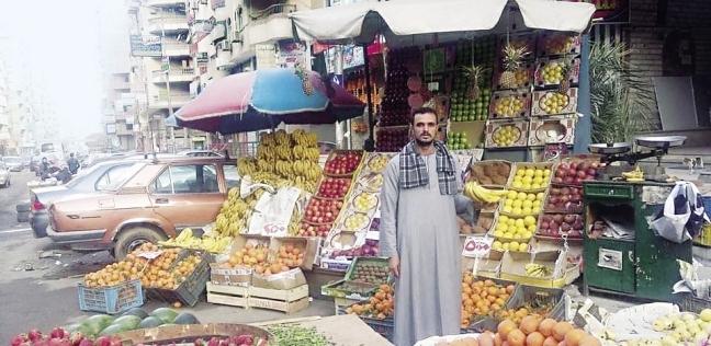 «محمود» منتظراً زبائن الفاكهة