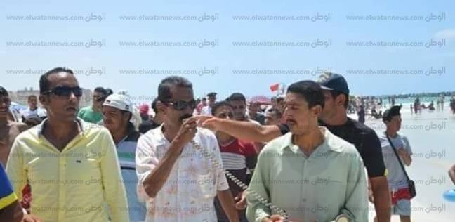 حي العجمي يحذر رواد شاطئ النخيل بالميكرفون لإخلائه تمهيدا للإغلاق