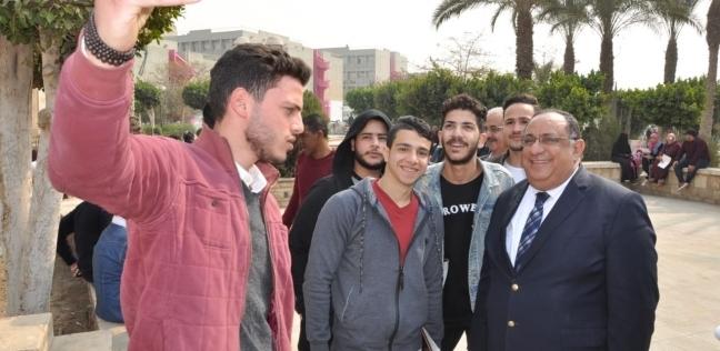 """رئيس جامعة حلوان يلتقط """"سيلفي"""" مع الطلاب"""