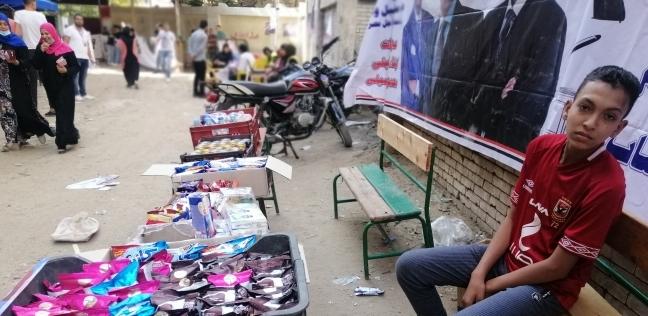 طفل يبيع زجاجات مياه أمام لجنة ببولاق الدكرور: الشغل مش عيب