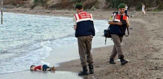 """مأساة """"آلان"""" تتكرر.. وفاة """"طفل"""" على مركب للاجئين بين تركيا واليونان"""