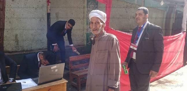 """رغم العجز.. """"عبداللاه"""" في أول صف و""""من غير عكاز"""": السيسي رئيس الغلابة"""
