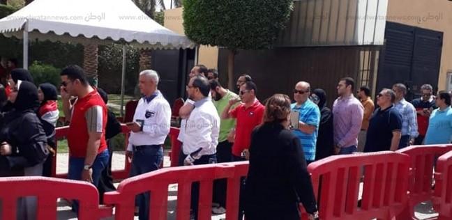 بالصور| بالأعلام والأغاني الوطنية.. طوابير للمصريين للاستفتاء بالرياض