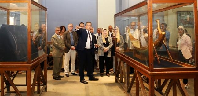 وزير الآثار يعاين قاعات عرض كنوز الملك توت عنخ آمون بالمتحف المصري