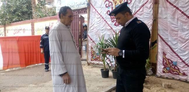 الشرطة تساعد المواطنين للتعرف على لجانهم الانتخابية بحي شيراتون