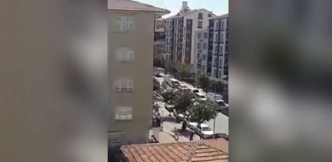 شاب سقط من أعلى بناية أثناء نومه