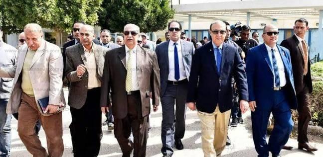 الفريق مهاب مميش واللواء ياسين طاهر يتفقدان معسكر القرش للاطمئنان على الأسر القبطية
