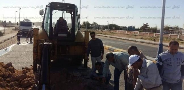 بالصور  كسر في خط الصرف الرئيسي بمدينة الطور