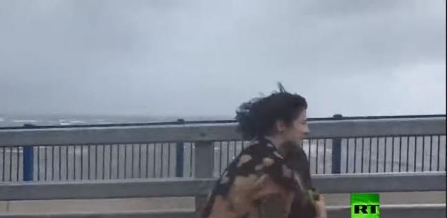 ناشطة تحاول إنقاذ بجعة