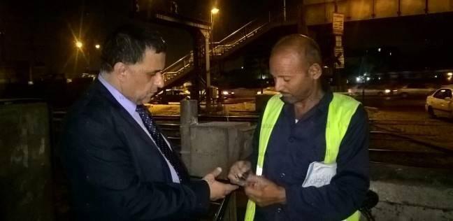في جولة مفاجئة.. رئيس السكة الحديد يصرف مكافأة فورية لخفير مزلقان