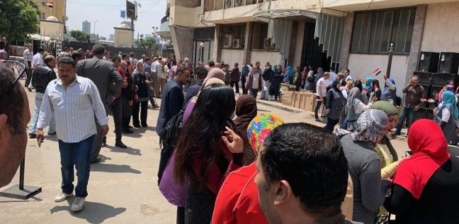 بالصور  الزحام يجبر رئيس لجنة الوافدين بمبنى ماسبيرو على وقف التصويت