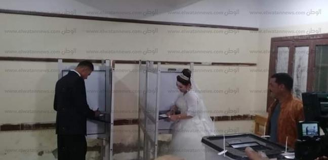 عروسان يدليان بصوتيهما في الاستفتاء بلجنة مدرسة إدفينا في البحيرة