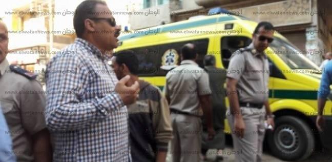 رئيس حي ثان المحلة يباشر انتشال سيارة مقطورة انقلبت داخل حفرة بصندفا