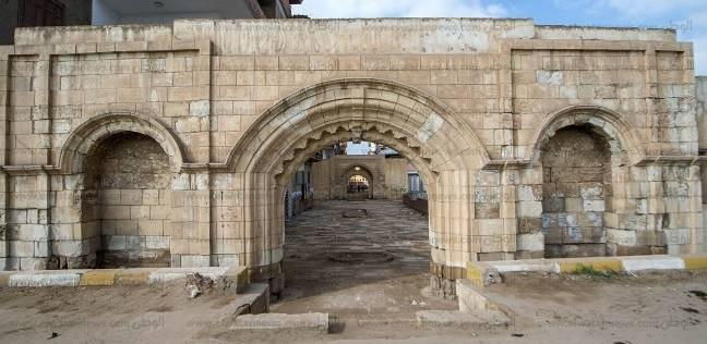بوابتان فقط.. آخر بقايا أقدم مصنعين لـ«الطرابيش والكتان» فى مصر