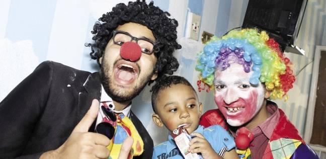 عروض «المهرج» ترسم الابتسامة على وجوه الأطفال المرضى