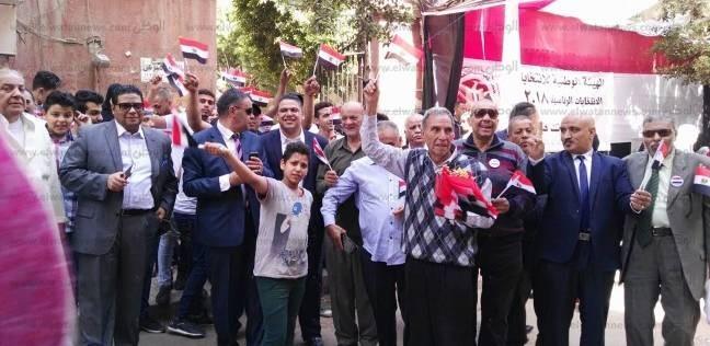 أب يوزع الأعلام على الناخبين: وصية ابني المغترب ليا