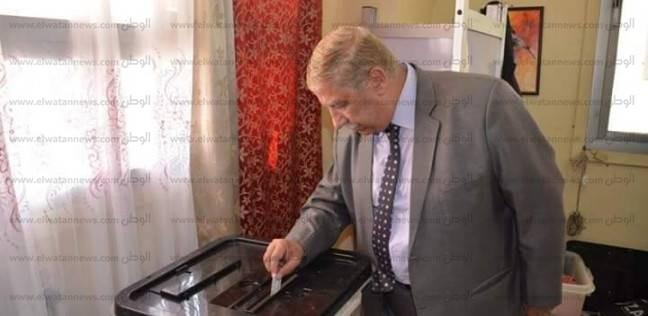 """مواطنة لمحافظ الإسماعيلية أثناء إدلاءه بصوته: """"غير السيسي ميلزمناش"""""""