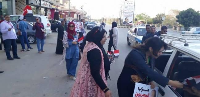 """""""المصريين الأحرار"""" ببني سويف يحتفل بفوز السيسي بتوزيع الأعلام والحلوى"""